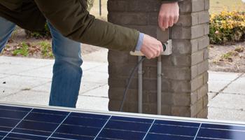 Zonnepanelen aansluiten op stopcontact