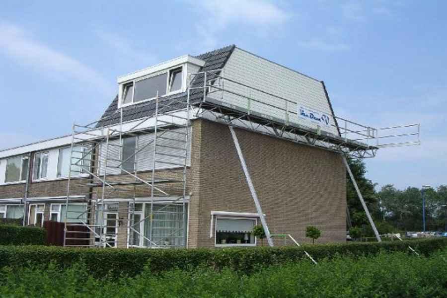 Een dakopbouw of optopping is een verdieping op een huis zetten.
