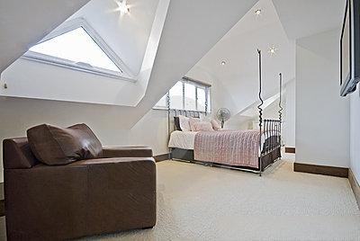 Vergelijk gratis en vrijblijvend de prijzen van aannemers voor een zolder verbouwing - Uitbreiding van de zolder ...